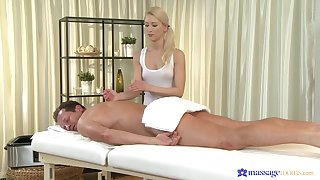 Masseuse ends at hand be that as it may the client's dick at hand her fine holes